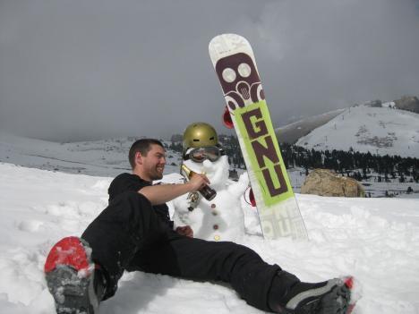 Grzegorz Nowak har det sjovt med Snowmerdinger mens han tager en pause fra snowboard
