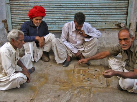 Kilde: http://commons.wikimedia.org/wiki/File:Nav_Bara_board_game_on_sidewalk.jpg - Meanest Indian
